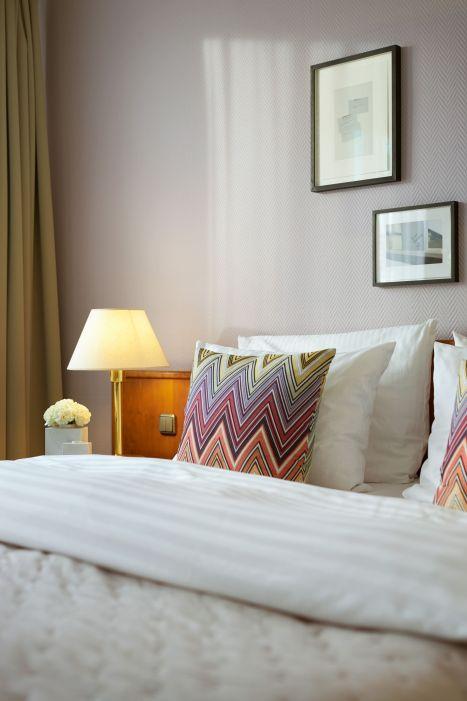 Classik-Hotel-Collection-Magdeburg-Bedroom-Standard-Room-01-Detail-Web 467x700